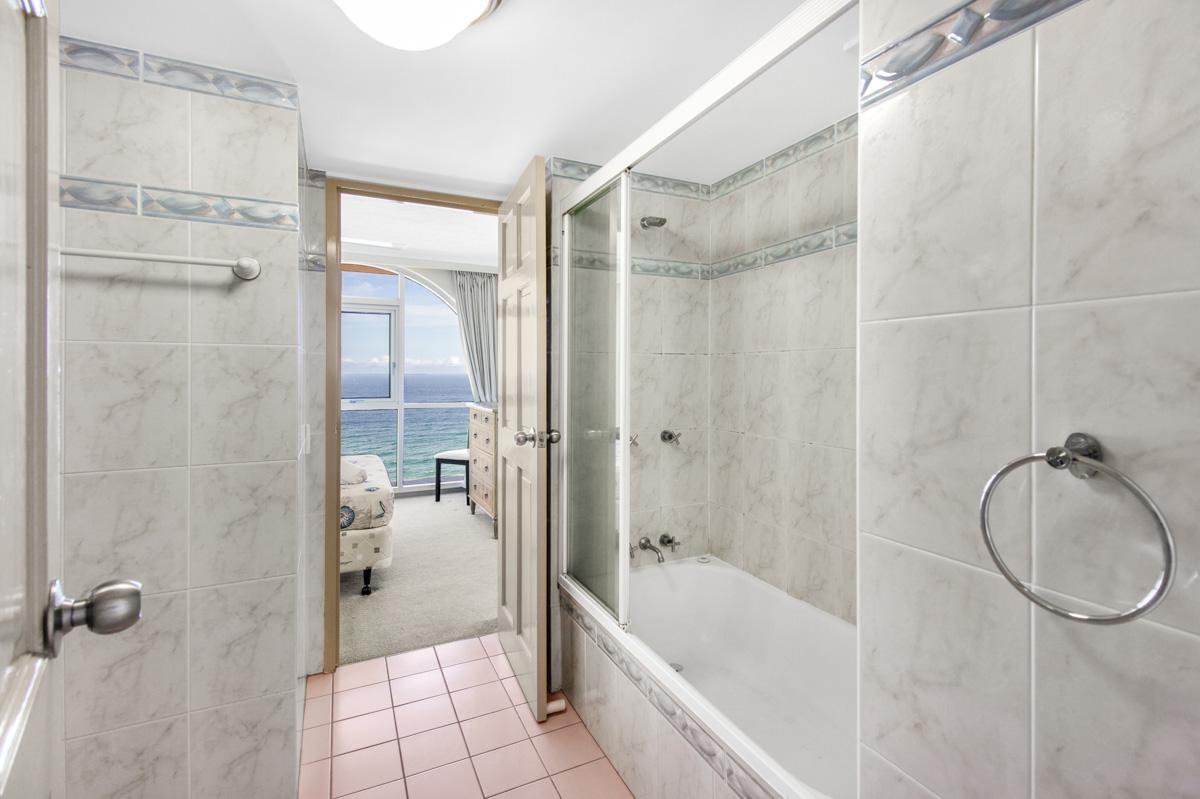Boulevard Towers Broadbeach accommodation bathroom